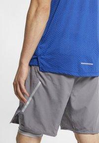 Nike Performance - BREATHE RISE  - Camiseta estampada - indigo force - 3