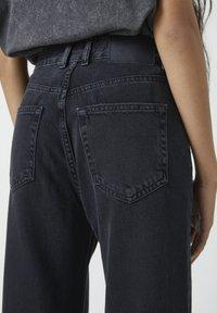 PULL&BEAR - MIT HOHEM BUND - Jeans a zampa - black - 4