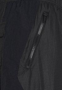 Jordan - TRACK PANT - Pantalon de survêtement - black/university gold - 2