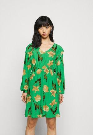 VMBETTY DRESS - Denní šaty - greenbriar/betty