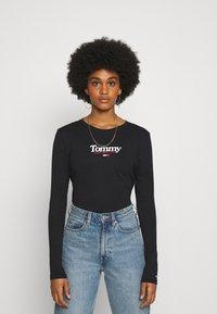 Tommy Jeans - ESSENTIAL LOGO LONGSLEEVE - Top sdlouhým rukávem - black - 0