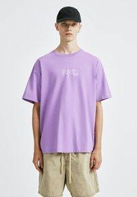 PULL&BEAR - T-shirt con stampa - purple - 0