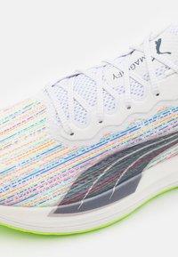Puma - MAGNIFY NITRO SP - Neutrální běžecké boty - white/sunblaze/green glare - 5