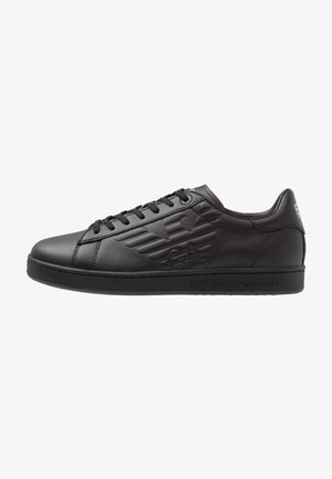 Trainers - triple black