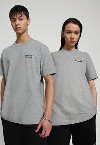 Napapijri - S-PATCH SS - T-shirt - bas - medium grey melange - 2