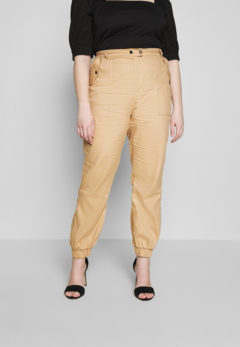 Missguided Plus - CLEAN TWILL OVERSIZED POCKET DETAIL TROUSER - Bukse - camel