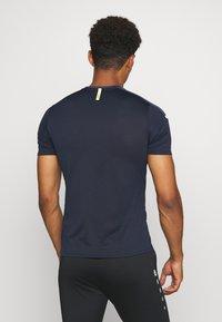 JAKO - CHAMP - Print T-shirt - marine/blue/neongelb - 2