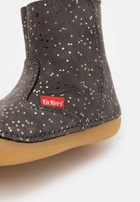 Kickers - SOCOOL - Kotníkové boty - gris metallique - 5