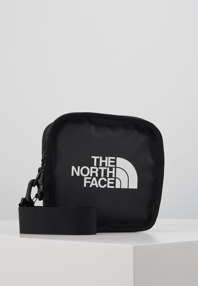 EXPLORE BARDU - Across body bag - black/white