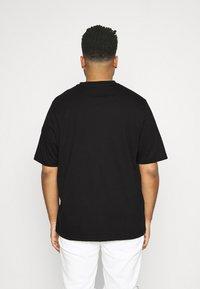Tommy Hilfiger - SMALL LOGO TEE - Print T-shirt - black - 2