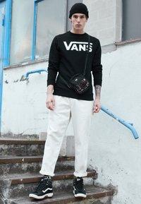 Vans - CLASSIC CREW - Bluza - black/white - 3