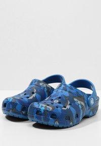 Crocs - CLASSIC SHARK CLOG CHILDREN  - Clogs - prep blue - 2