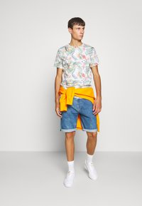Jack & Jones - JORTROPICALBIRDS TEE CREW NECK - T-shirts print - cloud dancer - 1