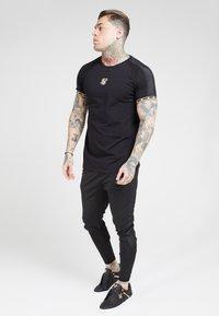 SIKSILK - T-shirt print - black  gold - 1
