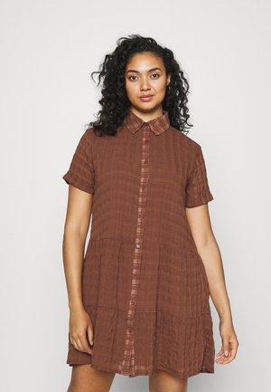 PLUS TEXTURED SHIRT DRESS - Košilové šaty - brown