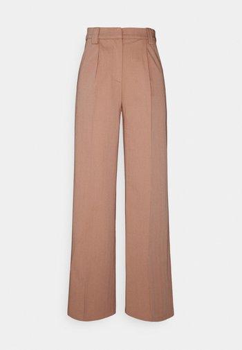 YASWIRA PANTS - Bukse - cameo brown