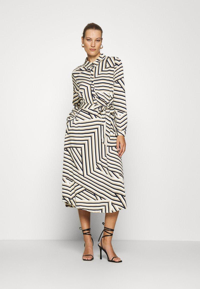 Moss Copenhagen - AVIANNA RAYE SHIRT DRESS - Denní šaty - beige/black