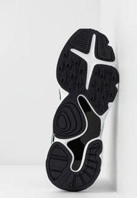 adidas Originals - MAGMUR RUNNER - Sneakersy niskie - core black/footwear white/frozen mint - 8