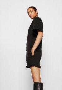 Victoria Victoria Beckham - FRAYED HEM MINI DRESS - Denim dress - black - 5