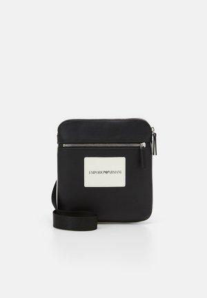MESSENGER BAG UNISEX - Umhängetasche - pepper/black