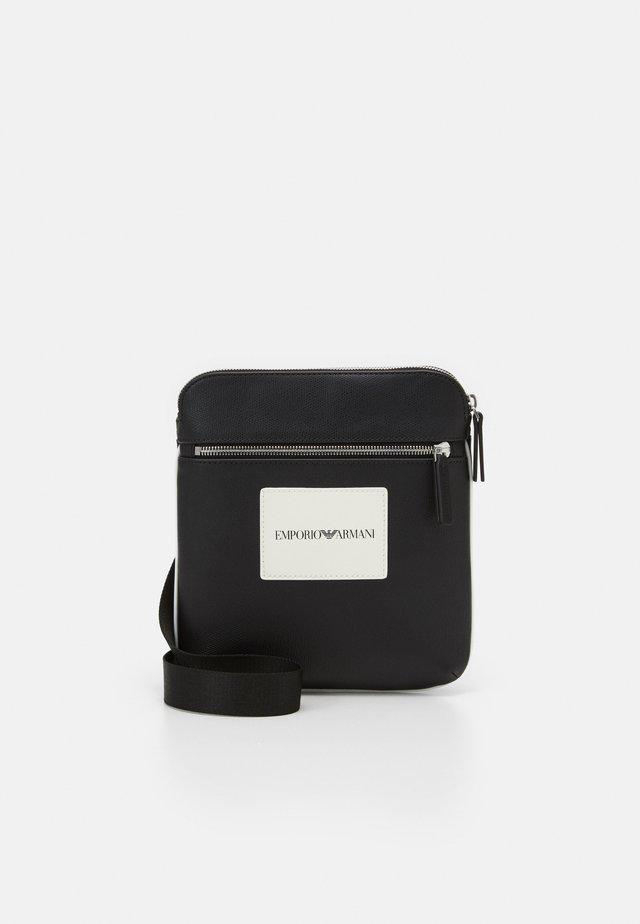 MESSENGER BAG UNISEX - Skuldertasker - pepper/black