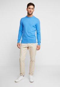 Tommy Hilfiger - PIMA CREW NECK - Stickad tröja - blue - 1