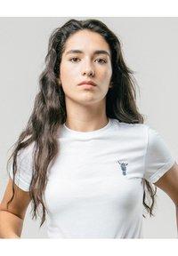 Brava Fabrics - WILD ZEBRA - Print T-shirt - white - 3