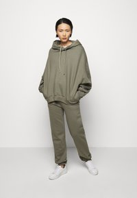 Mykke Hofmann - FINN COSWE - Hoodie - light dust green - 1