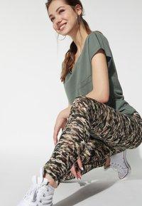 Tezenis - BEDRUCKTE  MIT HOHEM BUND - Leggings - Trousers - st.small camo - 2