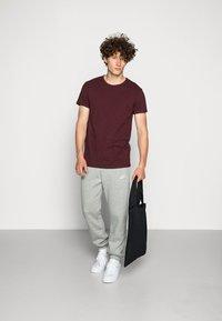 Nike Sportswear - CLUB PANT - Joggebukse - dark grey heather - 1