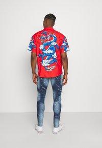 Mennace - SATEEN DRAGON REVERE SHIRT - Camisa - red - 2