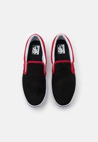 Vans - COMFYCUSH - Nazouvací boty - black/red - 3