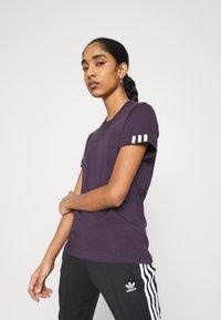 adidas Originals - SPORTS INSPIRED SHORT SLEEVE  - Camiseta estampada - noble purple - 3