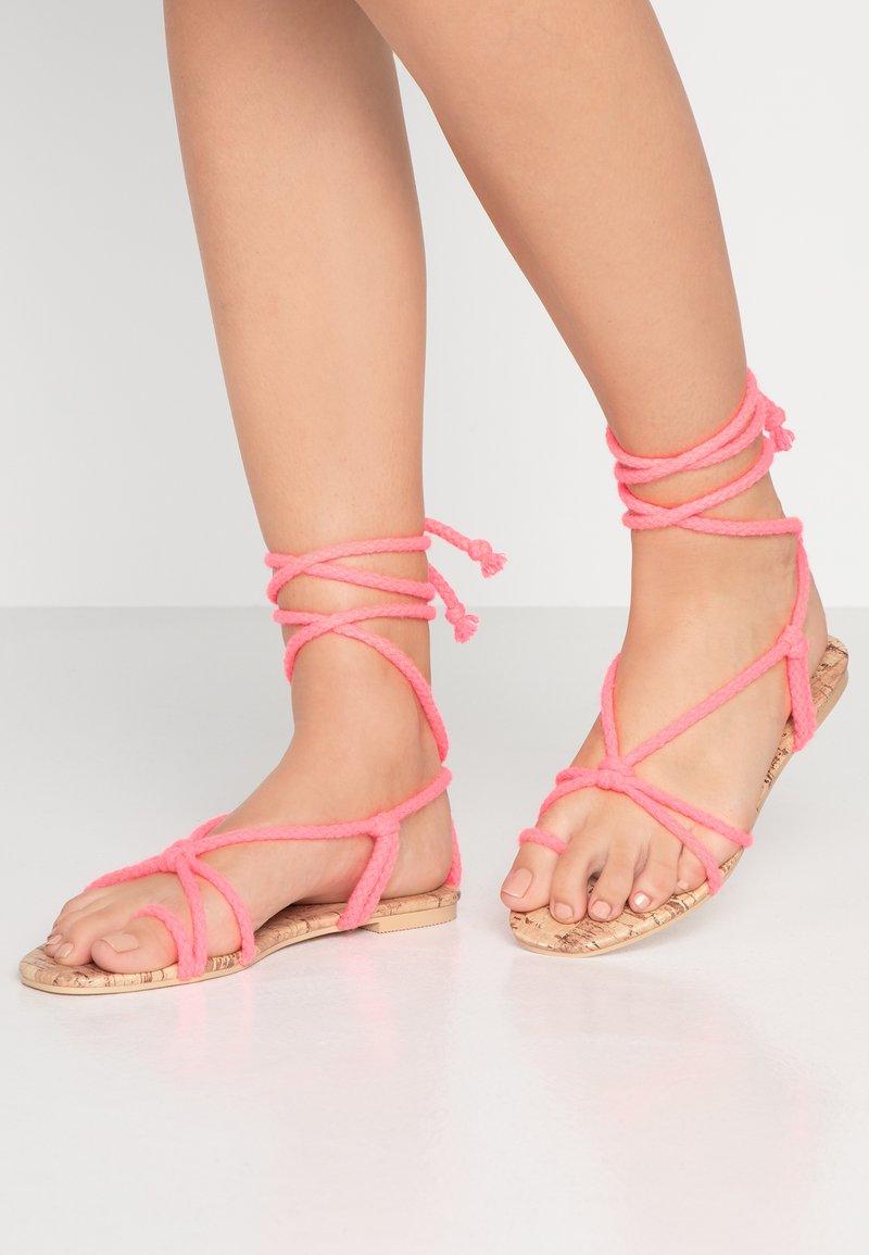 Public Desire - MOJITO - Sandály s odděleným palcem - pink