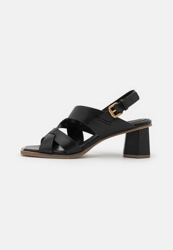 Sandals - poncho nero