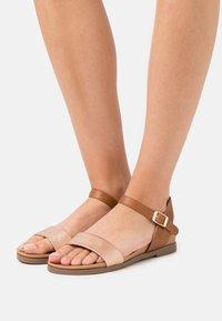 New Look - FREDDIE FOOTBED  - Sandalias - tan - 0