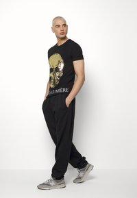 Volé la lumière - TWO FACED SEQUIN SKULL - T-shirt print - black - 1
