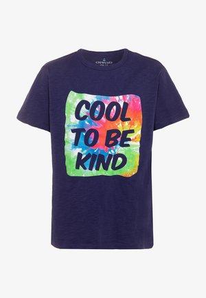 COOL TO BE KIND TEE - Camiseta estampada - dark blue