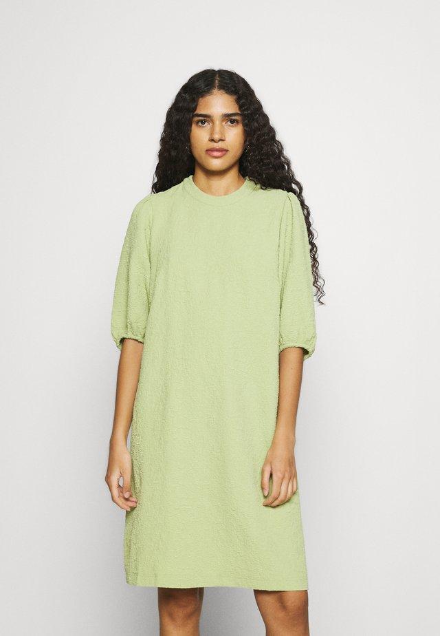 JUNIS DRESS - Sukienka letnia - tarragon