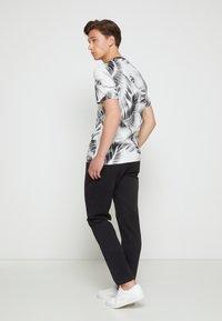 Calvin Klein - SUMMER ALLOVER  - T-shirt con stampa - bright white - 2