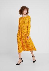 TOM TAILOR - DRESS WITH PINTUCKS - Košilové šaty - yellow - 2