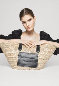 Emporio Armani - POLLYBORSA - Tote bag - naturale/nero - 1