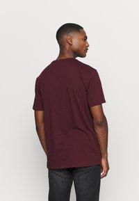 GAP - T-shirt z nadrukiem - pinot noir - 2