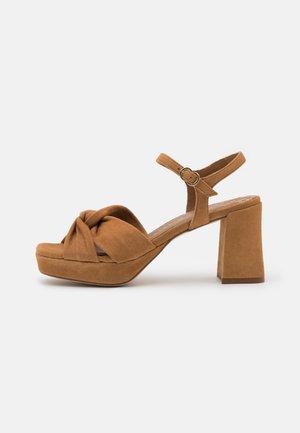 Sandały na platformie - cognac