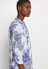 Emily van den Bergh - DRESS - Skjortekjole - white/blue - 3