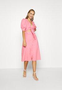 NA-KD - HOSS X FRONT TWIST DRESS - Cocktailkleid/festliches Kleid - pink - 1