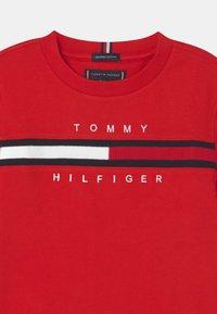 Tommy Hilfiger - FLAG INSERT - T-shirt imprimé - deep crimson - 2