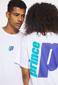 Prince - BACK PRINT TEE UNISEX - Majica kratkih rukava s printom - white - 4