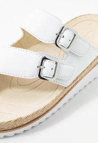 Gabor - Sandály s odděleným palcem - weiß - 2