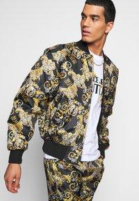 Versace Jeans Couture - RISTOP PRINTED LOGO BAROQUE - Chaquetas bomber - nero - 4